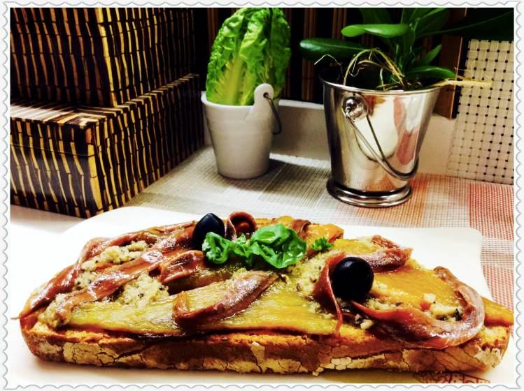 Tosta de anchoas en aceite con majado y pimiento verde 1
