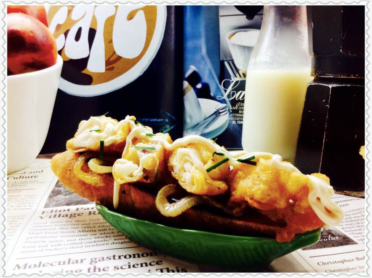 Tosta de calamares con aros de cebo 1lla y salsa de mahonesa