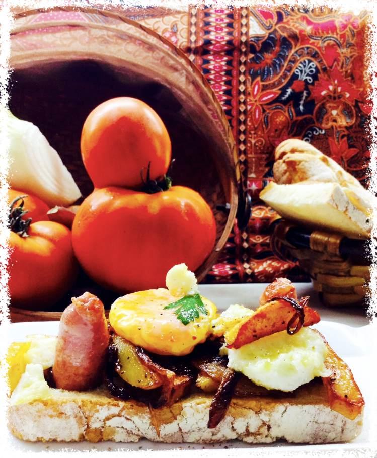 Tosta de patatas encebolladas con salchicha y yema 1