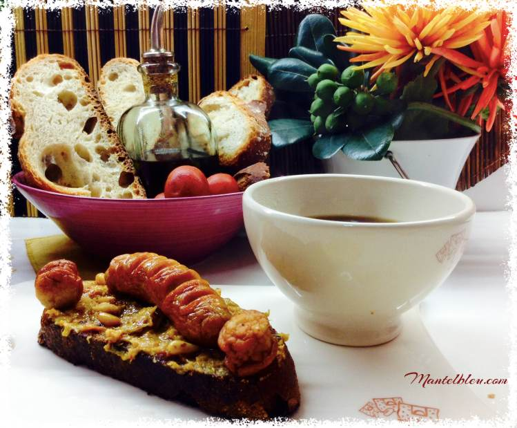 Tosta de salchichas blancas con crema de verduras y piñones