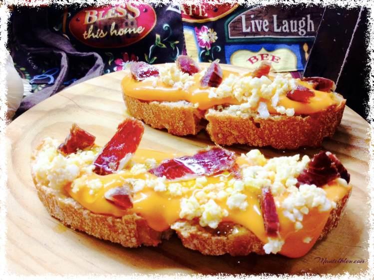 Tosta de salmorejo con picado de ibérico y huevo