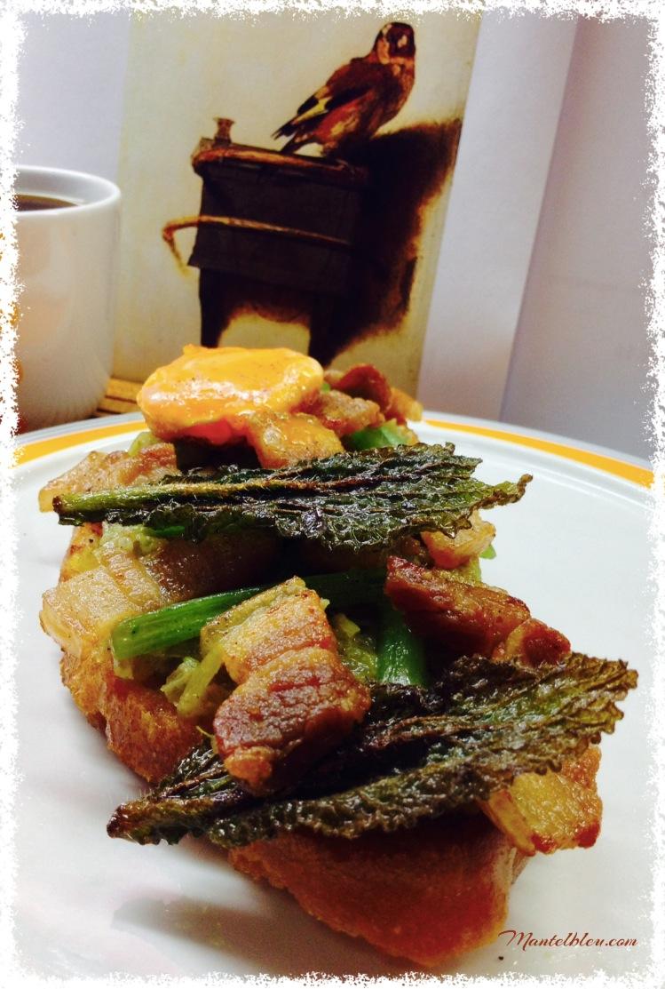 Tosta de borraja con panceta, yema y crujiente 2