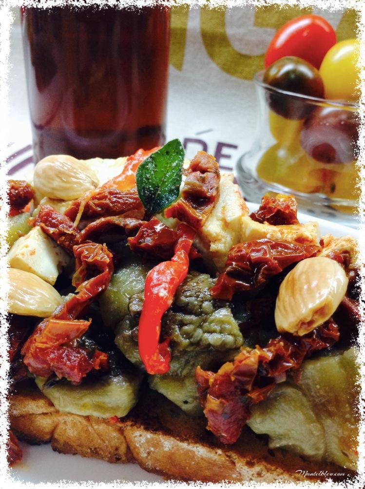 Tosta de berenjena, pimiento, quesos y almendras 4