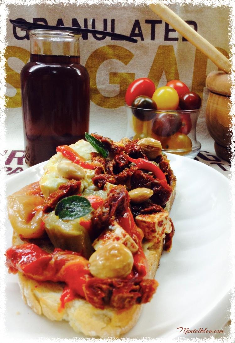 Tosta de berenjena, pimiento, quesos y almendras Portada