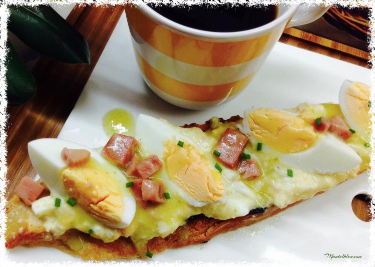 Tosta de huevo en salsa verde con taquitos de pavo 3
