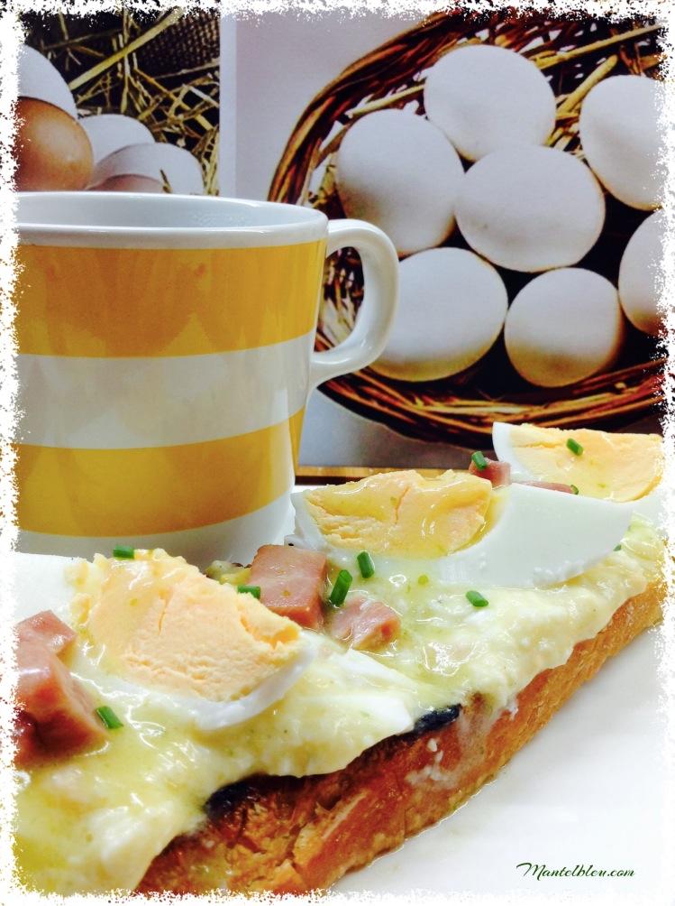 Tosta de huevos en salsa verde con taquitos de pavo 1