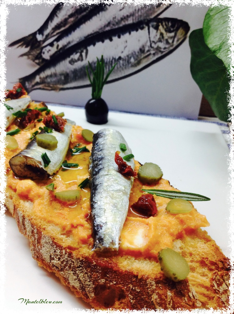 Tosta de sardinillas con crema de gazpacho 3
