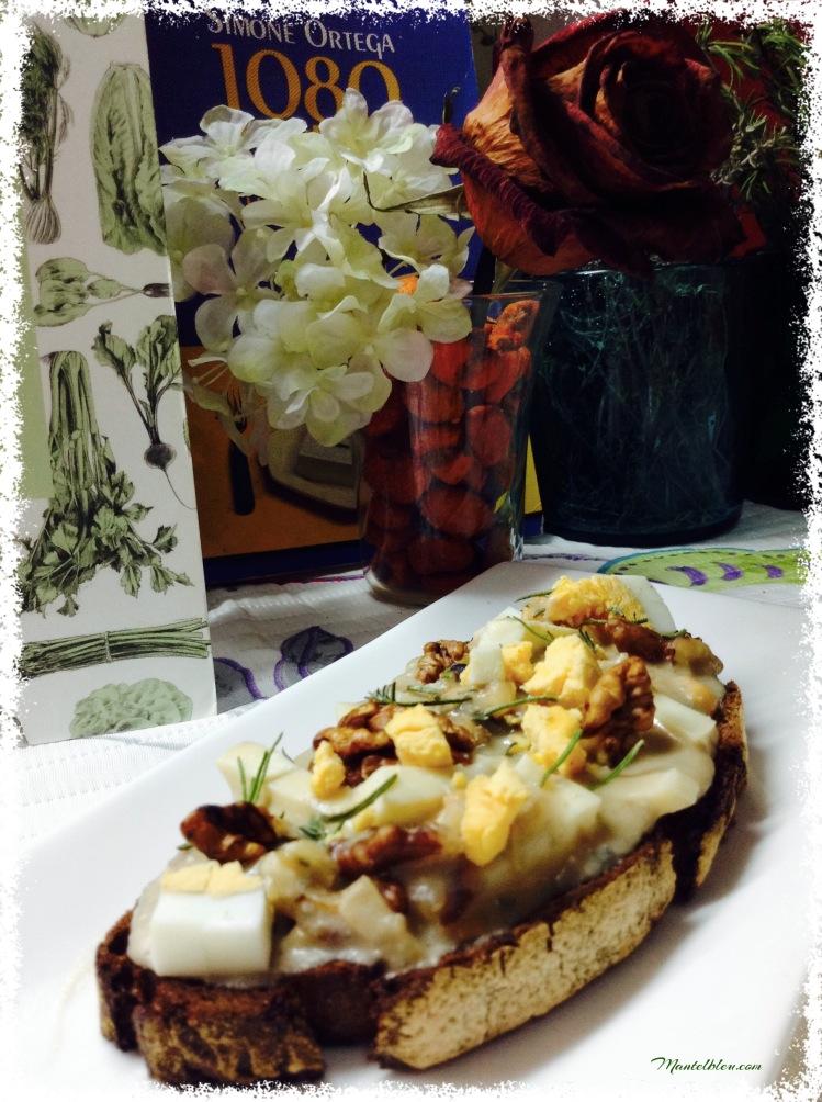 Tosta de queso gorgonzola con nueces y huevo 5