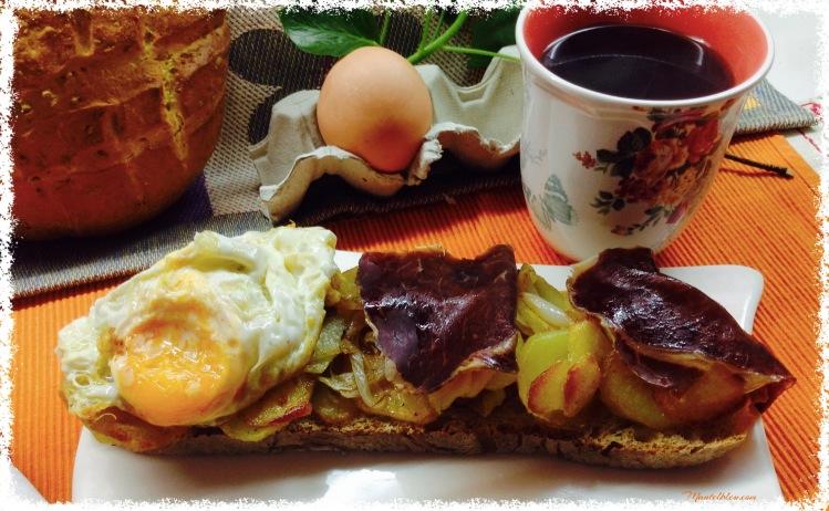 Tosta de huevos rotos con cecina 1