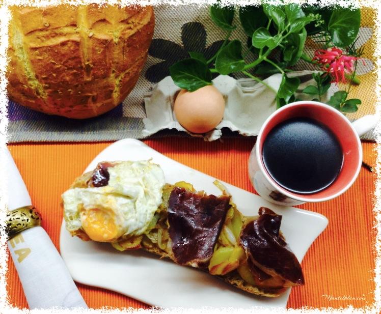 Tosta de huevos rotos con cecina 3
