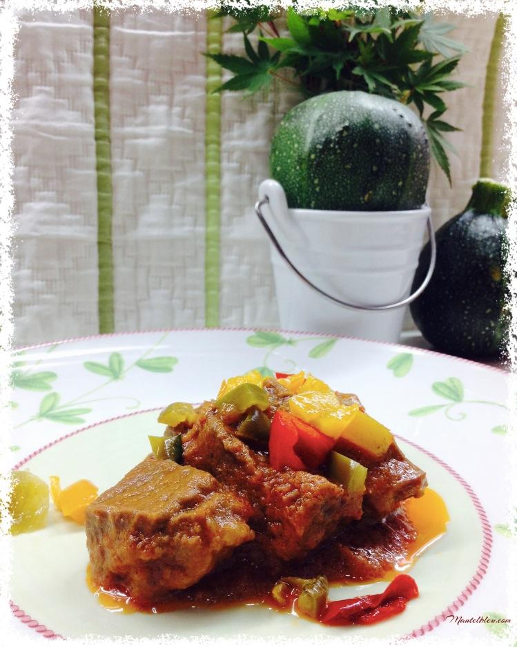 Guisado de carne acompañado de pimientos de colores 2