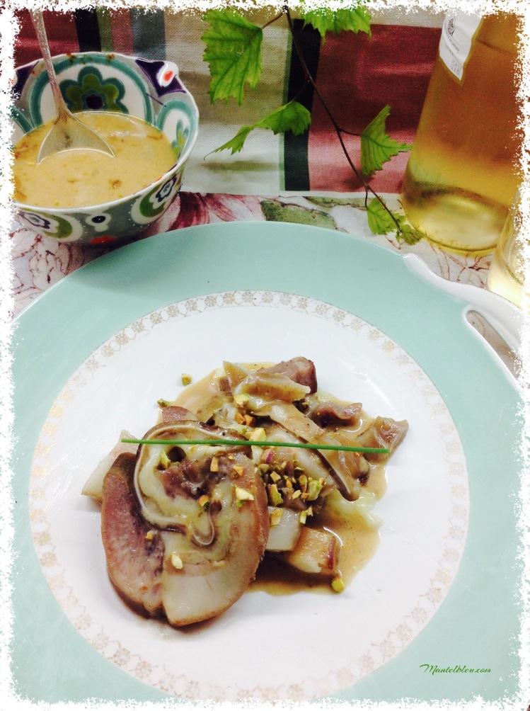 Pastel de cerdo con salsa de cebolla y pistachos