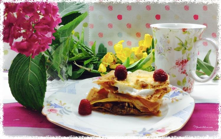 Pastelitos crujientes con nueces, yogur griego y frambuesas. 1