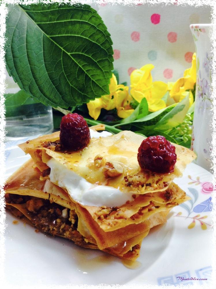 Pastelitos crujientes con nueces, yogur griego y frambuesas. 2