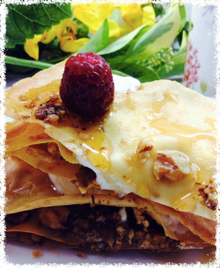 Pastelitos crujientes con nueces, yogur griego y frambuesas. 3
