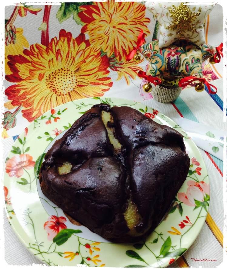Bizcocho de chocolate relleno de pera en almíbar 3