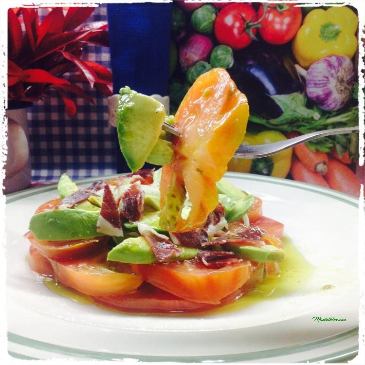 Ensalada de tomate, aguacate, cebolletas e ibérico. 5