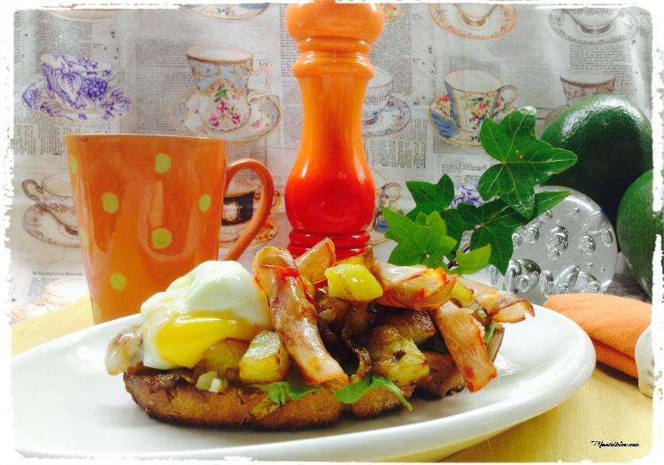 Tosta de lomo y huevo con patatas y cebolla frita 1