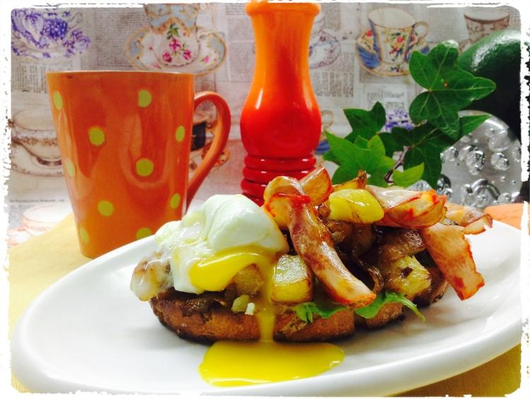 Tosta de lomo y huevo con patatas y cebolla frita 3