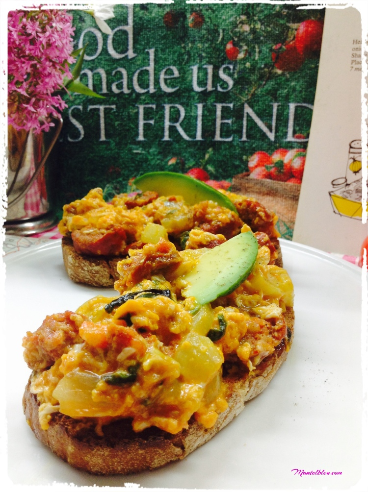 Tosta de revuelto con pepino, lechuga, cebolleta y chorizo 2