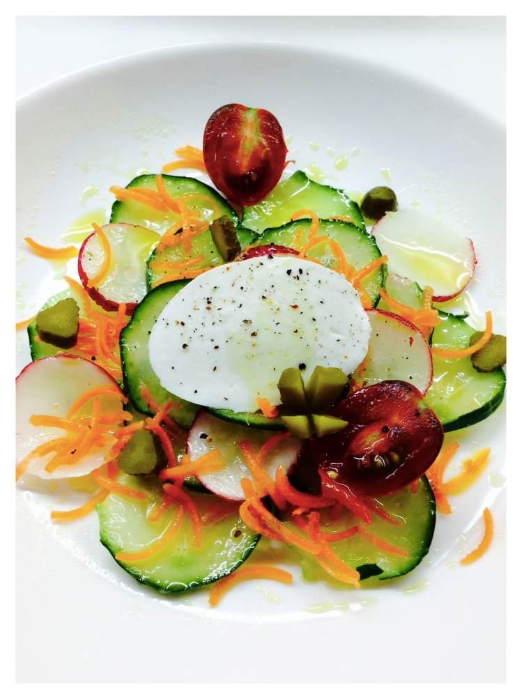 ensalada-de-pipino-con-rabanitos-fileteados-zanahoria-y-mozzarella